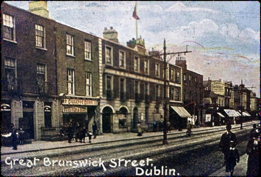 Brunswick Hall around 1915 with the army recruitment office in the centre